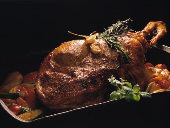 Lammkeule mit Rosmarin und Kirschtomaten