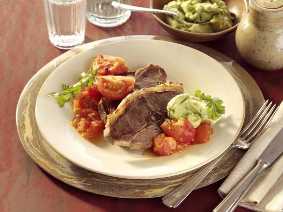 Lammkoteletts mit geschmolzenen Tomaten und Guacamole