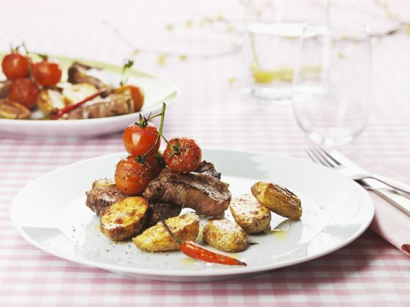Lammkoteletts mit Kartoffel-Wedges und Cherrytomaten