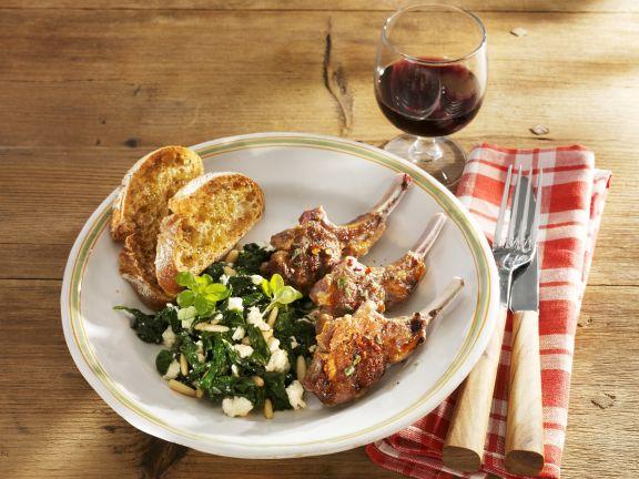 Lammkoteletts mit Spinat und Feta