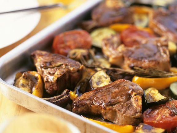 Lammkoteletts mit Tomaten, Paprika und Zucchini