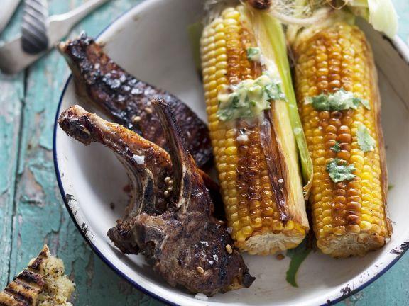 Lammkoteletts und Maiskolben vom Grill