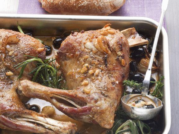 Lammschulter mit Kräutern und Oliven aus dem Ofen
