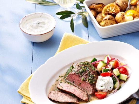 Lammsteak mit Salat und Ofenkartoffeln
