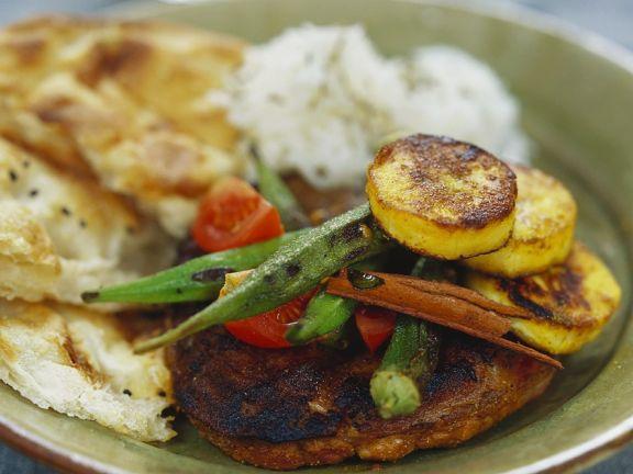 Lammsteaks mit Okra, Reis und Fladenbrot