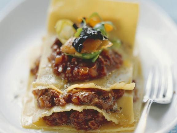 Lasagne mit Reh, Rosenkohl und Totentrompeten