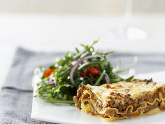 Lasagne und Tomatensalat mit Rucola