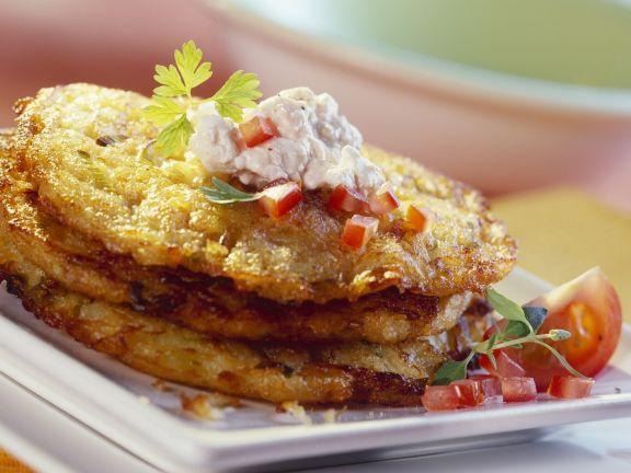 Lauch-Kartoffel-Puffer, dazu Hüttenkäse-Tomaten-Dip
