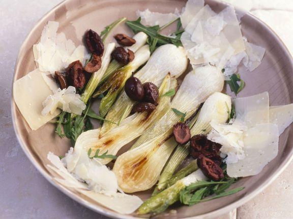 Lauchzwiebeln mit Rucola, Parmesan und Oliven