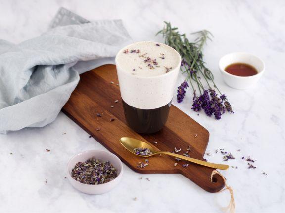Lavendel-Latte mit Gewürzen