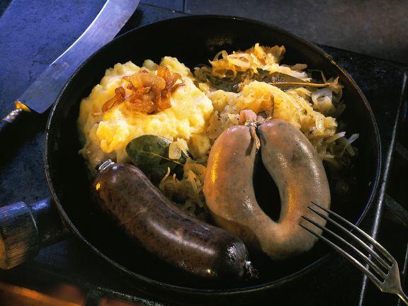 Leber- und Blutwurst mit Püree und Sauerkraut