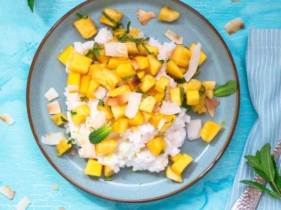 Limetten-Kokos-Milchreis mit Mango-Ananas-Salat und Minze