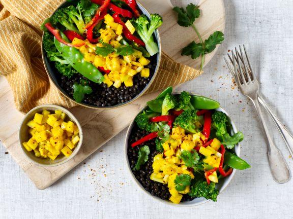Linsen-Gemüse-Bowl mit Ananas-Sellerie-Salsa