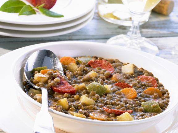 Linsen-Gemüse-Topf mit scharfer Wurst (Chorizo)