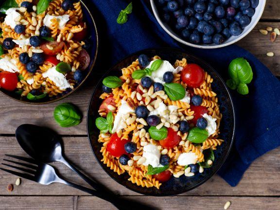 Linsennudel-Salat mit Mozzarella und Heidelbeeren