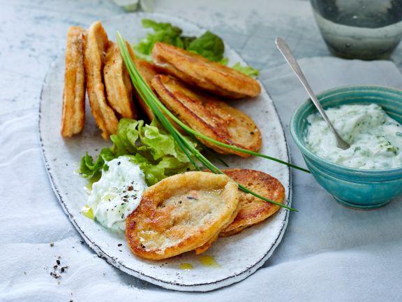Linsenpuffer mit Joghurt-Dip und Eichblattsalat