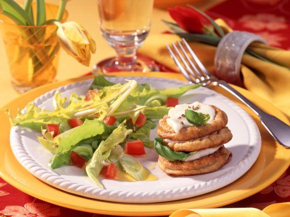 Löwenzahnsalat mit Mozzarella-Pfannkuchen-Türmchen