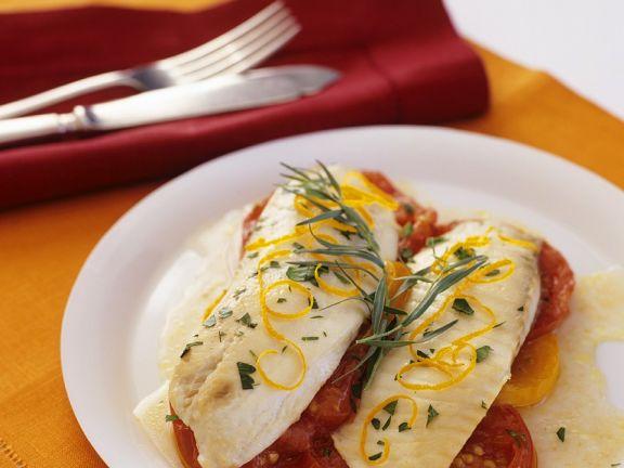 Loup de mer auf Tomaten im Ofen gebacken