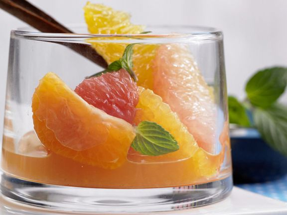 Low-Carb-Obstsalat aus Zitrusfrüchten