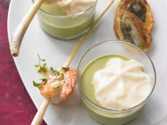 Luftige Bärlauchsuppe mit Zitronengras-Shrimps-Spieß