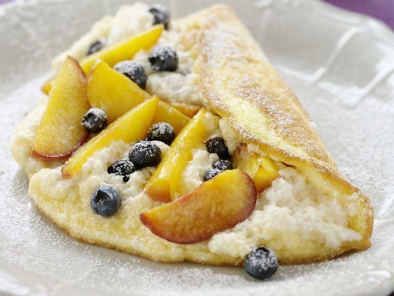 Luftiges Omelett mit Blaubeeren und Pfirsichen