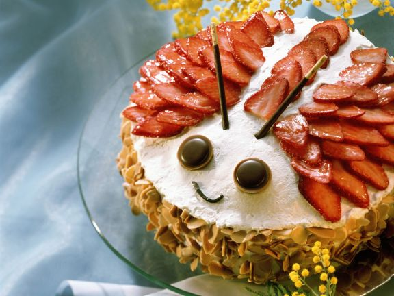 Maikäfer-Torte mit Erdbeeren und Marzipan