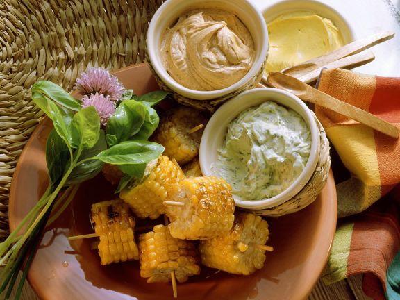 Maiskolben mit aromatisierter Butter