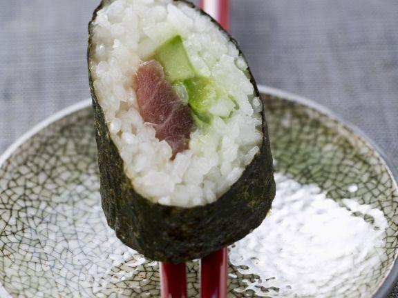 Maki mit Thunfisch und Gurke