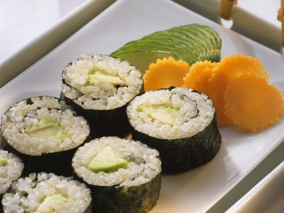 Maki Sushi mit Avocado gefüllt
