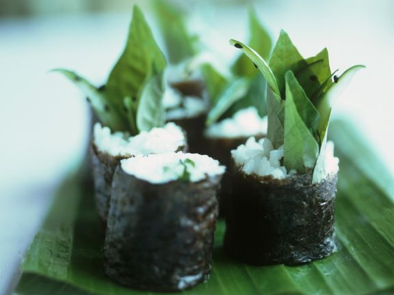 Maki-Sushi mit süßem Basilikum
