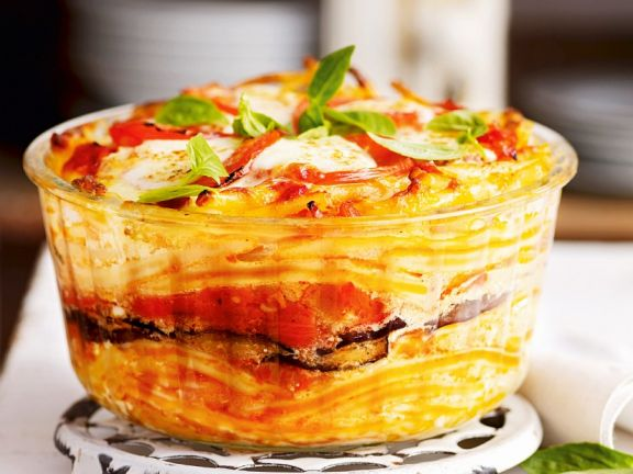 Makkaroni-Auflauf mit Aubergine, Käse und Tomate
