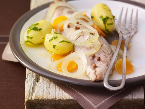 Makrele aus dem Weißweinsud mit Möhren und Kartoffeln