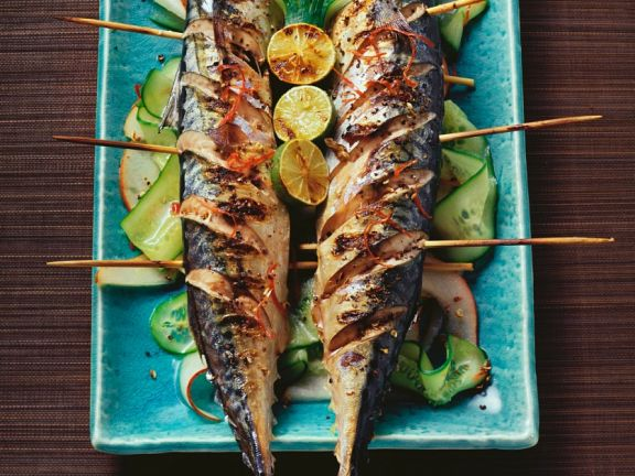 Makrele vom Grill mit fruchtigem Gurkensalat