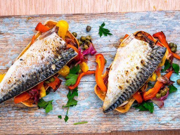 Makrelenfilets auf Paprika und Kapern mit Brot