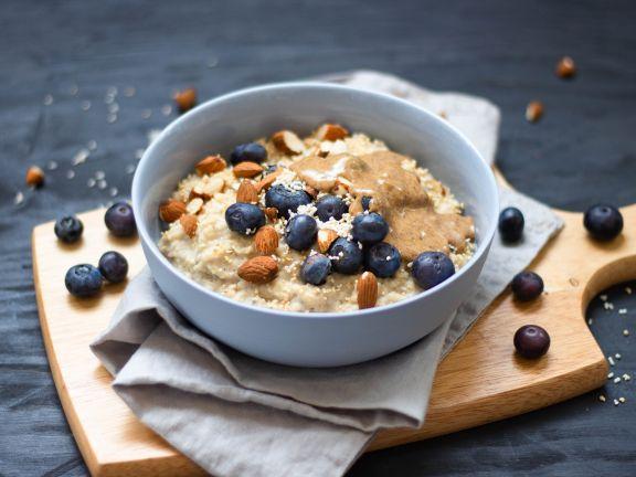 Mandel-Porridge mit Heidelbeeren