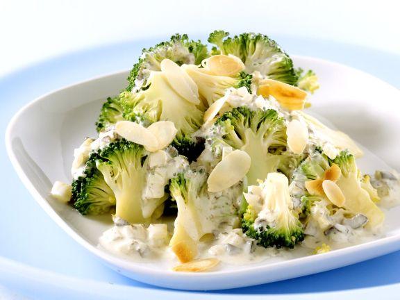 Mandelbrokkoli in Sahnesoße mit Oliven