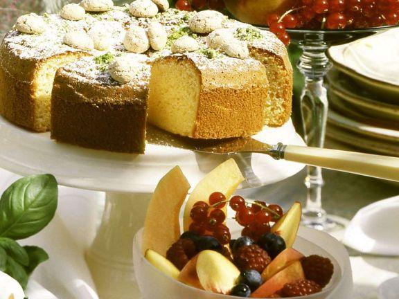 Mandelkuchen mit Fruchtsalat