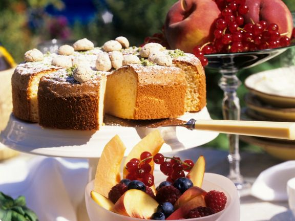 Mandelkuchen mit Früchtesalat