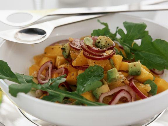 Mangosalat mit Avocado, Rucola und roten Zwiebeln