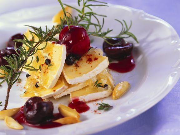 Marinierter Käse mit Kirschen