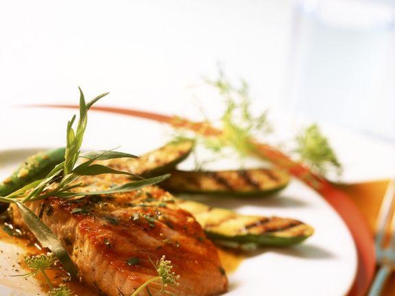 Marinierter Lachs und Zucchini vom Grill