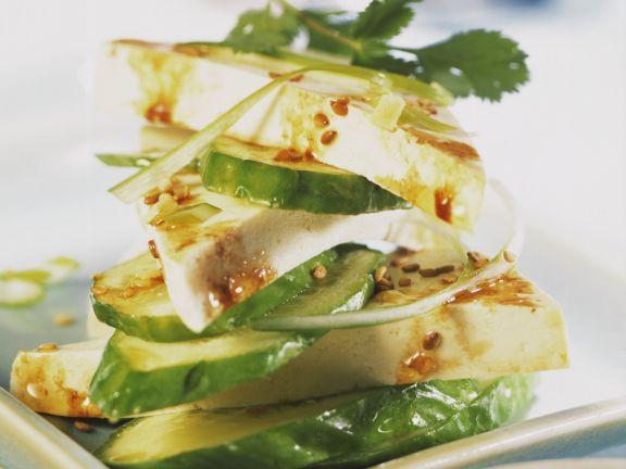 Marinierter Tofu mit Gurken