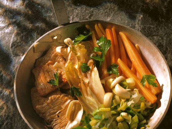 Mariniertes Kalbfleisch mit Gemüse