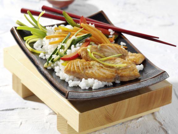 Mariniertes Lachsfilet mit Sushi-Gemüse-Reis