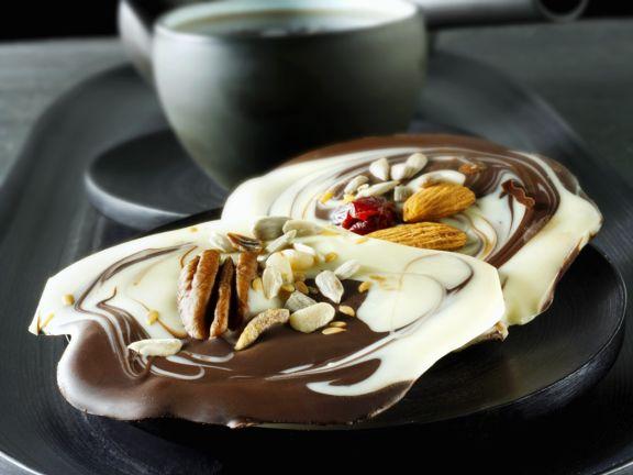 Marmorschokolade mit Nüssen und Körnern