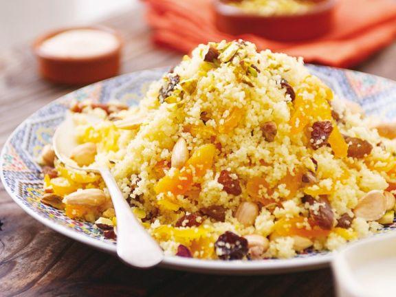 Marokkanischer Couscous mit Trockenobst und Nüssen