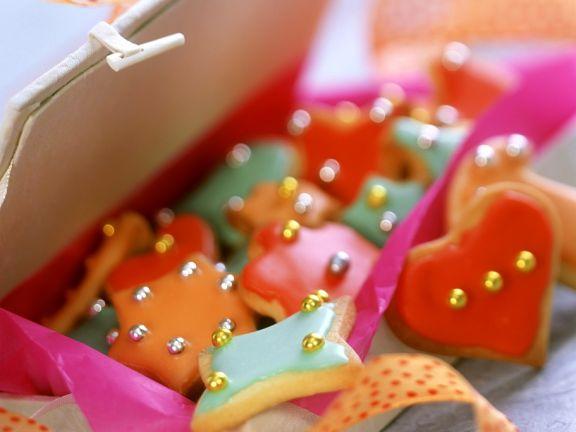 Marzipan-Plätzchen mit buntem Zuckerguss