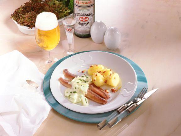 Matjesfilets mit Apfel-Zwiebel-Sauce und Speck-Kartoffeln