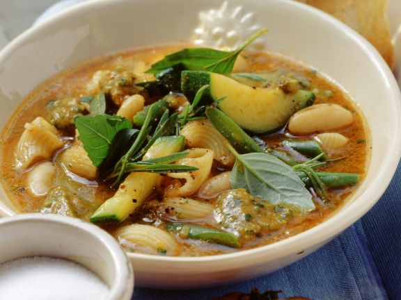 Mediterrane Gemüsesuppe mit Nudeln