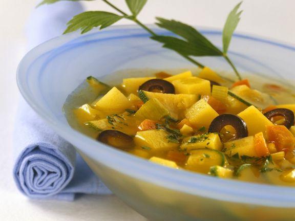 Mediterrane Kartoffelsuppe mit Oliven und Zucchini